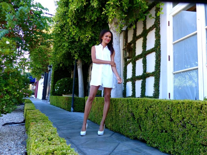 Amanda Garrigus white tunic white shoe